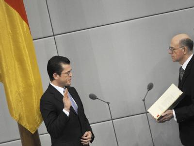 Karl-Theodor zu Guttenberg (l) wird am 12.02.2009 im Plenarsaal des Bundestages in Berlin von Bundestagspräsident Norbert Lammert (CDU) vereidigt.