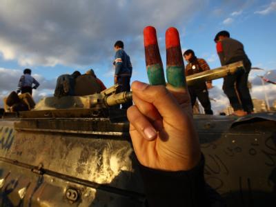 Kinder spielen auf einem Panzer in Bengasi.