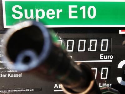 Biosprit E10 an der Tankstelle: Die Politiker sind verstritten und die Verbraucher verwirrt.