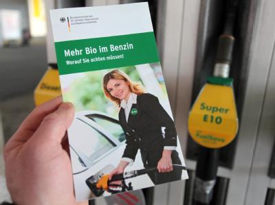 Informationsbroschüre des Bundesumweltministeriums zu dem neuen Bio-Kraftstoff E10 an einer Tankstelle in Nürnberg.