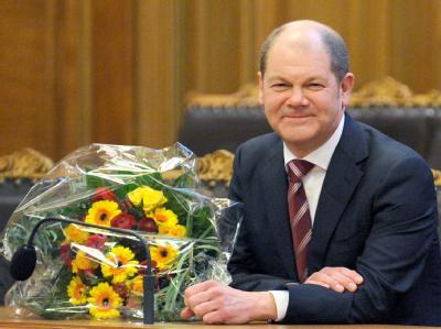 Blumen nach der Wahl in der Bürgerschaft: Olaf Scholz auf der Senatsbank im Hamburger Rathaus