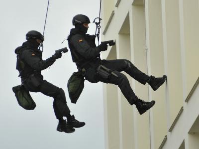 Ein Einsatztrupp der GSG 9 der Bundespolizei seilt sich am 19.06.2010 beim Tag der Offenen Tür vom Bundeskriminalamt in Wiesbaden aqb.