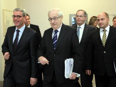 Bundesumweltminister Norbert Röttgen (CDU), Bundeswirtschaftsminister Rainer Brüderle (FDP), Peter Meier vom ADAC und der Staatssekretär im Verkehrsministerium, Rainer Bomba (v.l.) beim