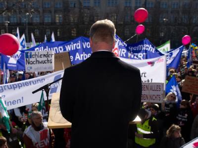 Der sächsische Finanzminister Georg Unland spricht auf einer Protestkundgebung der Lehrer vor dem Finanzministerium in Dresden.