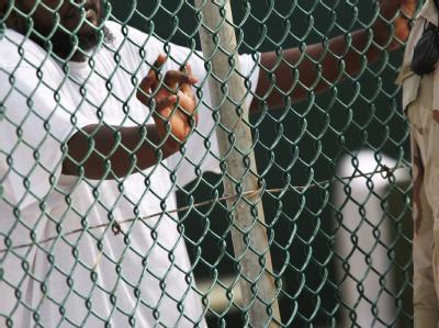 EinInsasse (l) des US-Gefangenenlagers Guantanamo unterhält sich mit einemUS-Soldaten. US-Präsident Obama hat grünes Licht für neue Militärverfahren in Guantanamo gegeben.