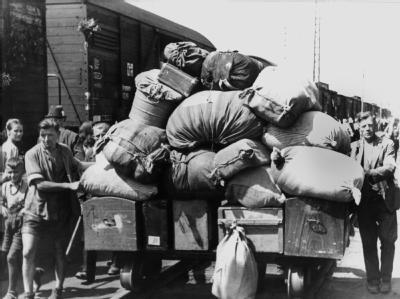 Ein Flüchtlingszug mit vertriebenen Sudentendeutschen trifft im Durchgangslager Wiesau ein (undatiertes Archivfoto).