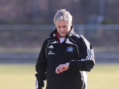 Trainer Armin Veh vom Hamburger SV schaut am Dienstag (08.03.2011) während einer  Trainingseinheit seiner Mannschaft auf die Uhr.