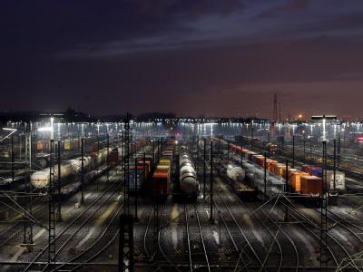 Güterzüge stehen auf Europas größtem Rangierbahnhof in Maschen in der Nähe von Hamburg.