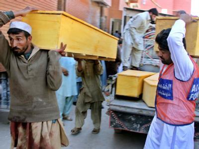 Särge für die Opfer des Anschlags von Peschawar.