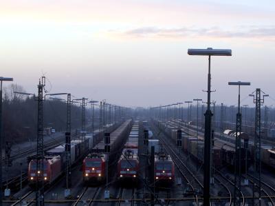 Stillgelegte Güterzüge auf Europas größtem Rangierbahnhof in Maschen in der Nähe von Hamburg.