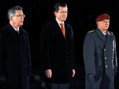 Ex-Verteidigungsminister Karl-Theodor zu Guttenberg (M.) mit seinem Nachfolger Thomas de Maizière und Generalinspekteur Volker Wieker (r.) beim Großen Zapfenstreich.