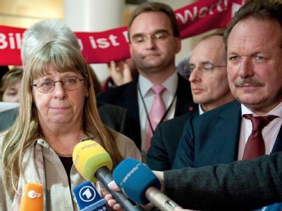 Nach der Einigung: Die Verhandlungsführerin der Gewerkschaft GEW, Ilse Schaad (l.), und Verdi-Chef Frank Bsirske (r.).
