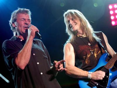 Der Gitarrist der Rockgruppe Deep Purple, Steve Morse (r.) und Sänger Ian Gillan (Archiv).