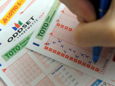 Die Westdeutsche Lotterie darf vorerst keine Sportwetten mehr an Hartz-IV-Empfänger verkaufen.