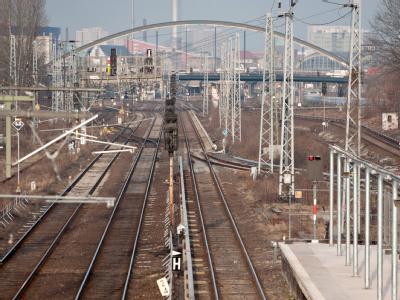 Ein einsamer Bahnsteig und leere Gleise am Bahnhof Ostkreuz in Berlin.