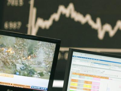 Eine Nachrichtensendung zeigt am Freitag in der Frankfurter Börse die Auswirkungen eines Erdebebens in Japan.