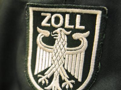 Ein Zollwappen an einer Uniformjacke: Im Jahr 2010 nahm der Zoll rund 112 Milliarden Euro ein.
