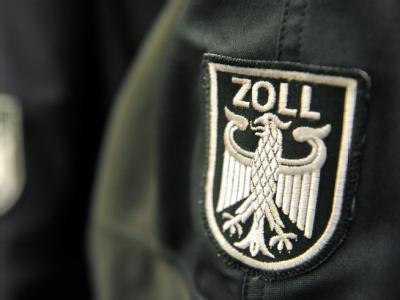Zollwappen an einer Uniformjacke (Symbolbild)