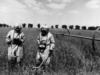Spezialeinheiten messen auf einem Feld innerhalb der Sicherheitszone von Tschernobyl die Radioaktivität (Archivbild vom Mai 1986).