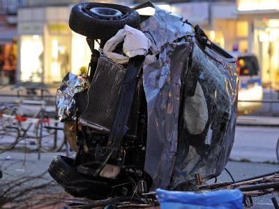 Auto schleudert �ber Gehweg - drei Tote in Hamburg