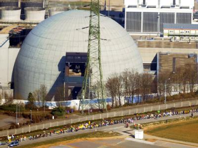 Eine Menschenkette Mehrere vor dem Atomkraftwerk Neckarwestheim.