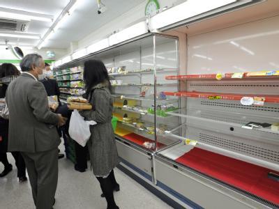 In den Supermärkten decken sich manche Bürger mit Hamsterkäufen ein.