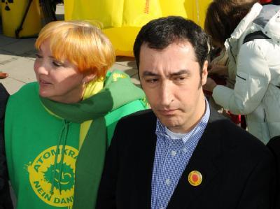 Claudia Roth und Cem Özdemir, die Bundesvorsitzenden der Partei Bündnis 90/Die Grünen am Samstag (12.03.2011) bei einer Menschenkette gegen Atomkraft in Stuttgart.