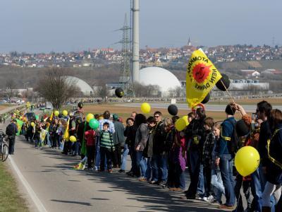 Zehntausende Atomkraftgegner haben mit einer Menschenkette von Stuttgart nach Neckarwestheim für den sofortigen Ausstieg aus der Atomenergie demonstriert.