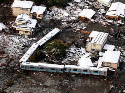 In Kisenuma haben die Wassermassen einen Zug von Gleisen gespült.