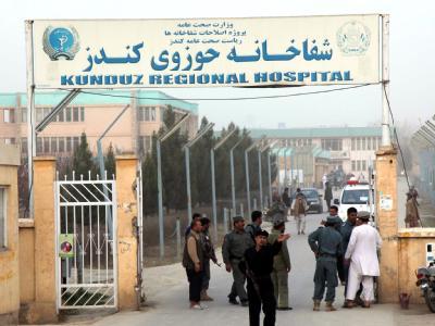 Krankenhaus in Kundus: Ein Polizist weist Journalisten nach einem Selbstmordattentat vor einem Rekrutierungszentrum der Armee ab.