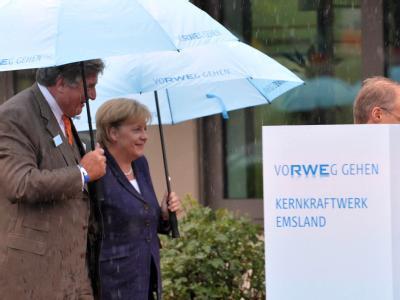 Bundeskanzlerin Angela Merkel wird bei einem Besuch des Atomkraftwerks Lingen von RWE-Chef Jürgen Grossmann begleitet (Foto vom 26.08.2010).