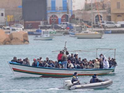 400 weitere Bootsflüchtlinge aus Tunesien sind auf der italienischen Insel Lampedusa angekommen.