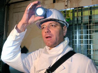Bundesumweltminister Norbert Röttgen am 02.12.2010 bei seiner Einfahrt in den unterirdischen Salzstock des möglichen Atommüll-Endlagers im niedersächsischen Gorleben.