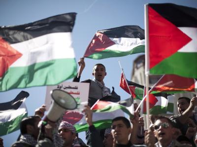 Tausende Menschen haben in Ramallah im Westjordanland für eine nationale Versöhnung der zerstrittenen Palästinensergruppen demonstriert.