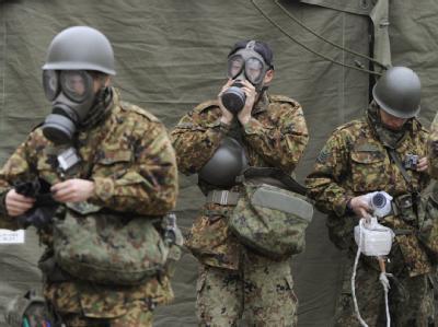 Soldaten mit Schutzmasken bereiten sich Nihommatsu auf einen Einsatz in kontaminiertem Gebiet vor. Foto: Kyodo