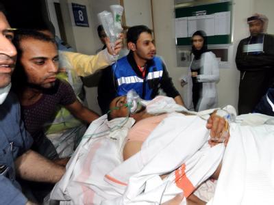 Ein verletzter Demonstrant wird in ein Krankenhaus in Manama gebracht.