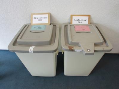 Die Wahlurnen für den Bürgerentscheid und die Landtagswahl im Briefwahlbüro in Magdeburg.