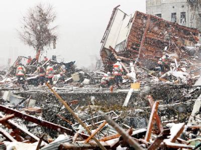 Im Schneetreiben suchen Retter nach Verschütteten.