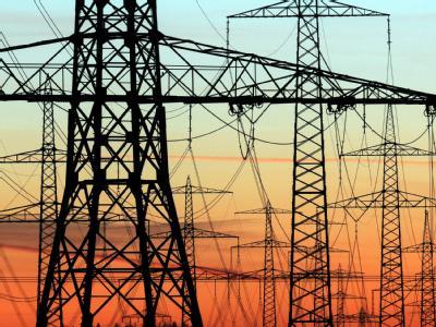 Strommasten im Abendlicht: Die deutsche Wirtschaft warnt vor steigenden Strompreisen.