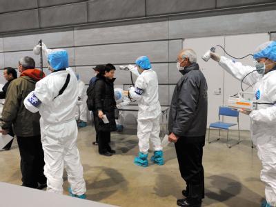 Anwohner des AKW Fukushima werden nach ihrer Evakuierung auf radioaktive Strahlung getestet. (Foto epa/Asahi Shimbun)