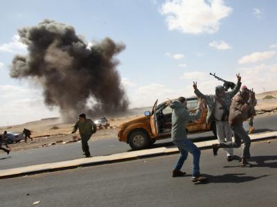 Luftangriffe auf libysche Rebellen in Ras Lanuf.