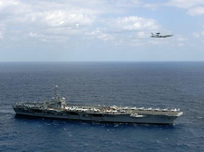 Ein AWACS-Aufklärungsflugzeug über dem US-Flugzeugträger