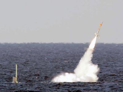Das U-Boot USS Florida feuert eine Tomahawk-Rakete ab.