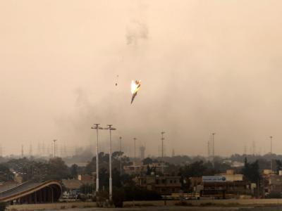 Ein libysches Kampfflugzeug stürzt über Bengasi ab.