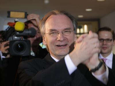 CDU-Spitzenkandidat Reiner Haseloff jubelt im Landtag von Magdeburg.