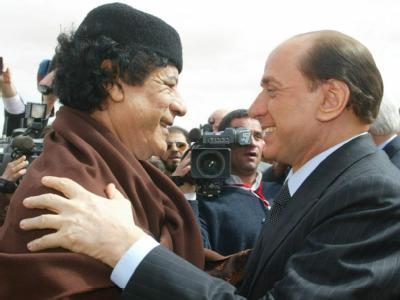 Der iItalienische Ministerpräsident Silvio Berlusconi (r) begrüßt Libyens Staatschef Muammar al-Gaddafi bei einem Treffen in Sirte 2004 (Archivfoto).