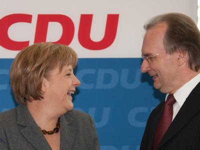 Bundeskanzlerin Angela Merkel (CDU) freut sich mit Reiner Haseloff, dem CDU-Spitzenkandidaten aus Sachsen-Anhalt.