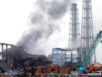 Am defekten AKW in Fukushima steigen Rauch und Dampf auf.