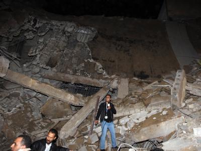 Ein Gebäude der Gaddafi-Residenz in Tripolis ist getroffen worden.