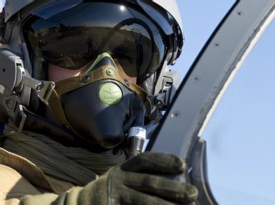 Ein Pilot in einem Mirage 2000 Kampfjet vor dem Einsatz in Libyen auf einem französischen Luftwaffenstützpunkt in Solenzara.